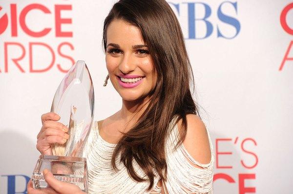 Lea Michele mostrando o prêmio de melhor atriz de comédia no People Choice Awards