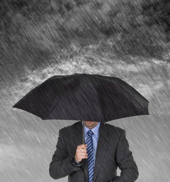 Hombre bajo la lluvia.