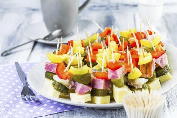 Inove com um refrescante espetinho de salada de frutas