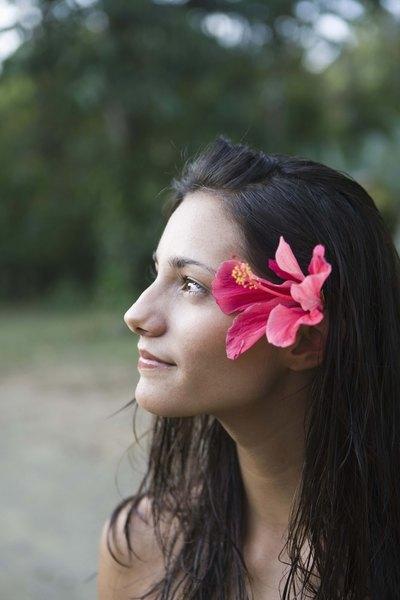 Las flores le dan un toque natural a tu peinado.