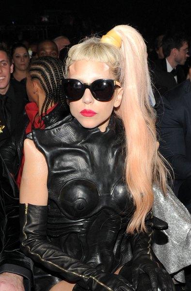 Lady Gaga com óculos escuros