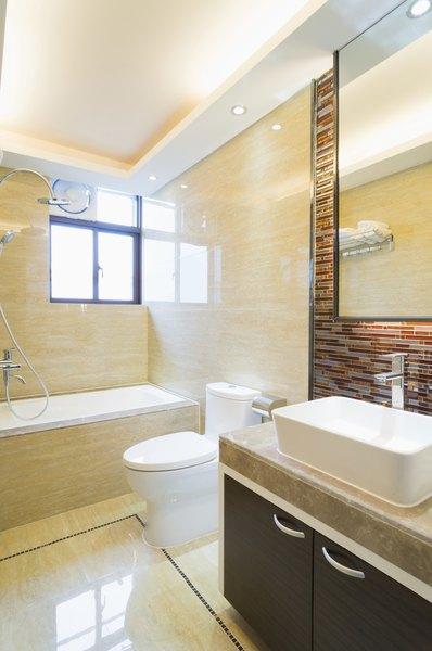 Um banheiro moderno com pequenos toques