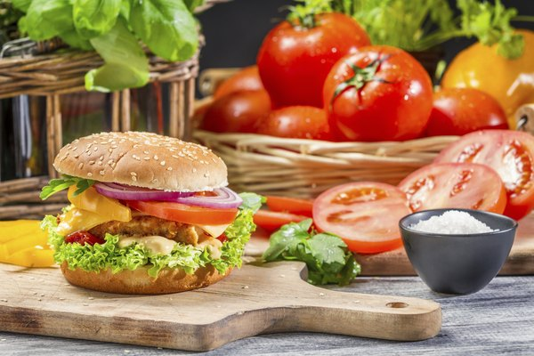 Las verduras acompañan bien al sándwich de hamburguesa.