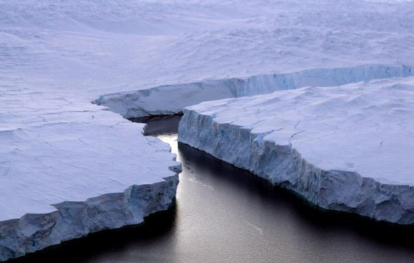 Climate change is affecting Antarctica. Here you see cracks in the melting ice that covers the continent.