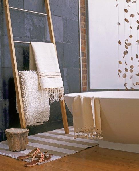 Os tecidos artesanais ficam ótimos no banheiro