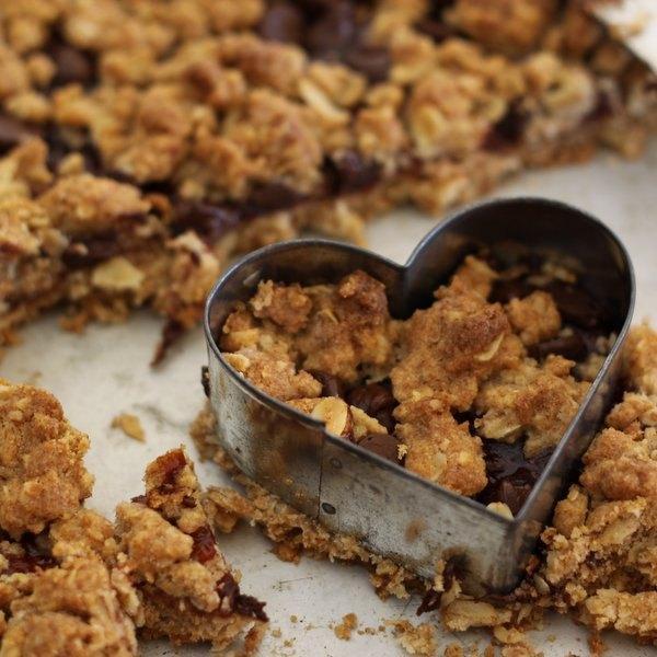 Use um cortador de biscoitos para cortá-los em forma de coração