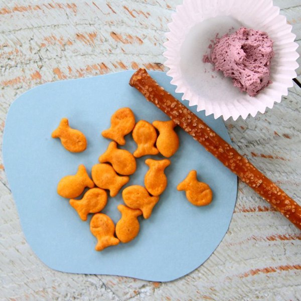Pesque biscoitos de peixinhos dourados com pretzels