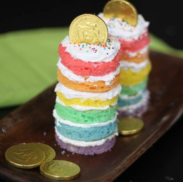 Coloque moedas de chocolate ou balas com embalagens douradas sobre seu bolo parfait