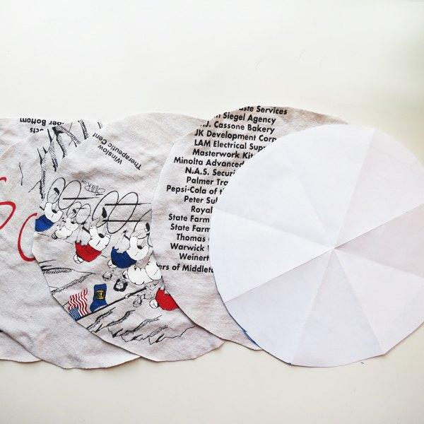 Faça um círculo de papel e use como molde para recortar quatro círculos de tecido