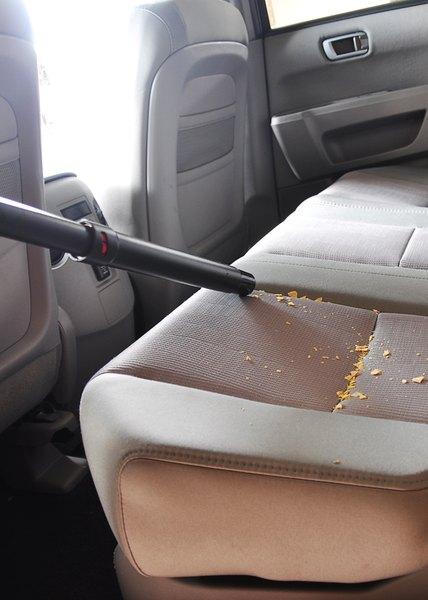 Um aspirador ajuda muito na limpeza do carro
