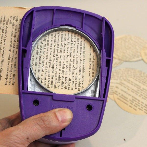 Recorte círculos de páginas de livros velhos