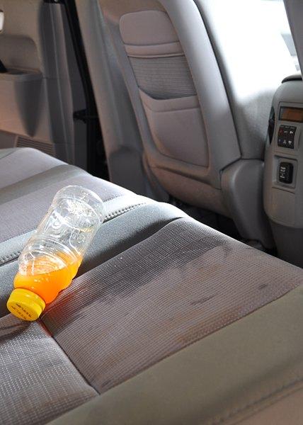 Se você limpar líquidos derramados imediatamente, não terá manchas nos bancos