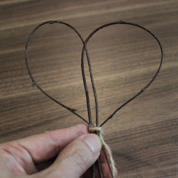 Faça corações rústicos com gravetos ou ramos de alecrim