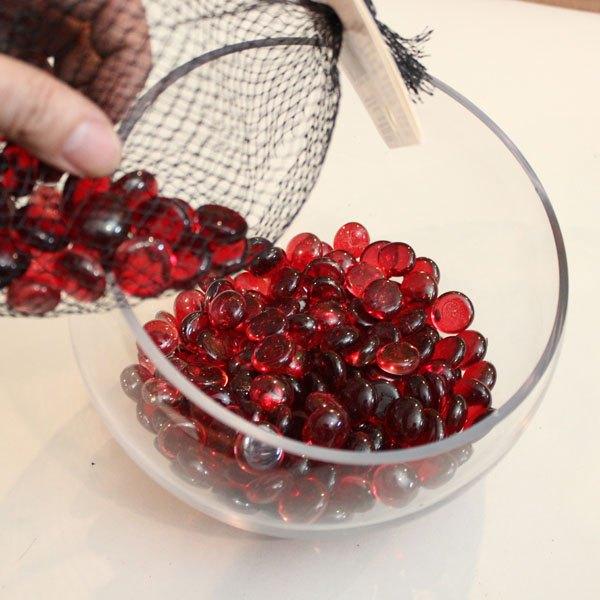 Faça uma camada de miçangas de vidro ou bolas de gude no fundo do terrário