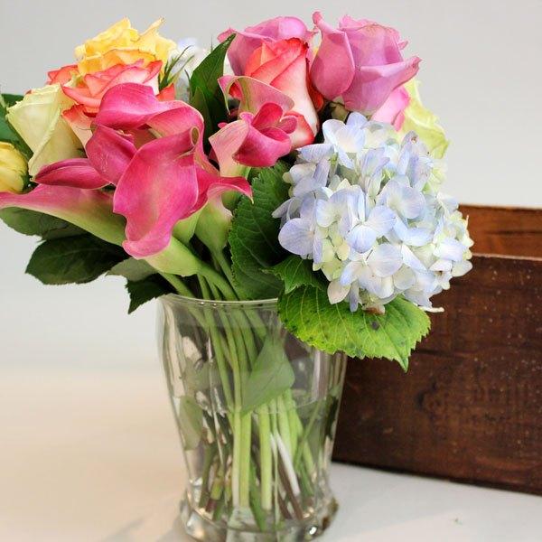 Coloque as flores em um vaso que caiba na caixa