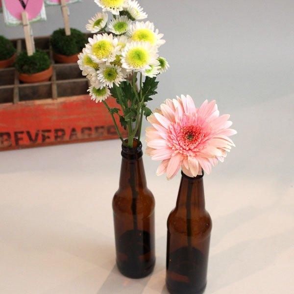 Coloque as flores em garrafas