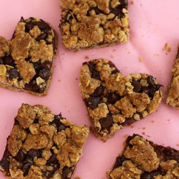 Biscoitos de aveia, chocolate e morangos em formato de coração