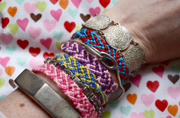 Aprenda a fazer corações em pulseiras da amizade