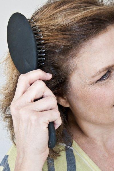 Escove o cabelo antes de fazer o coque
