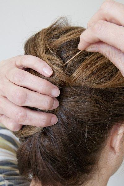 Prenda o cabelo com grampos