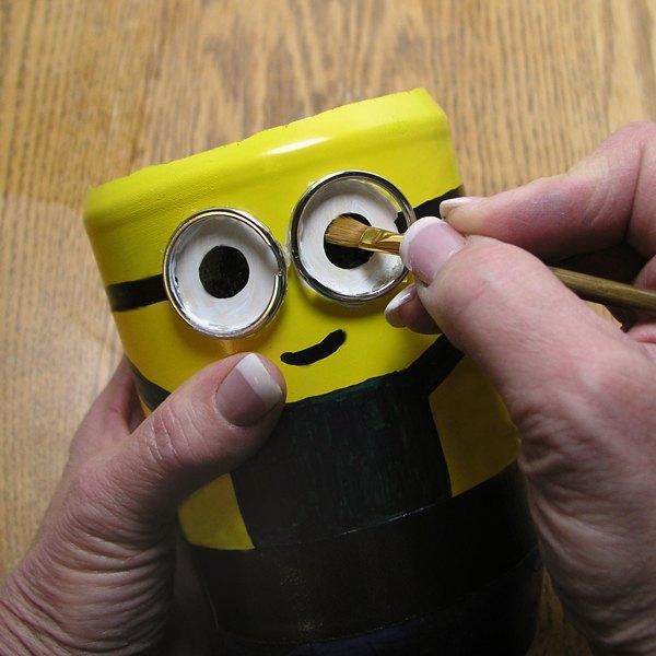 Adicione os enfeites no vaso