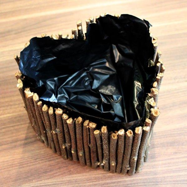Forre a caixa com um saco plástico