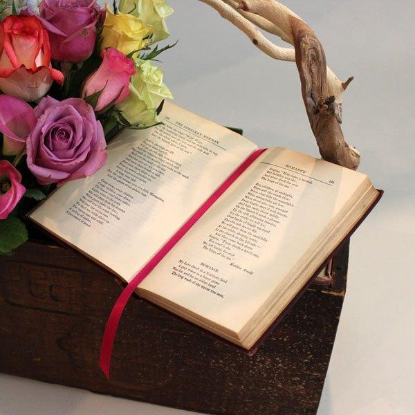 Deixe um livro aberto sobre a caixa para um detalhe especial