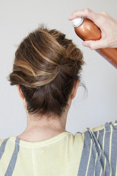 Finalize com um spray para cabelos