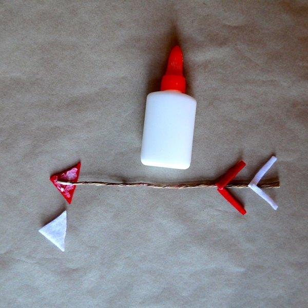 Cole os triângulos e as tiras no arame
