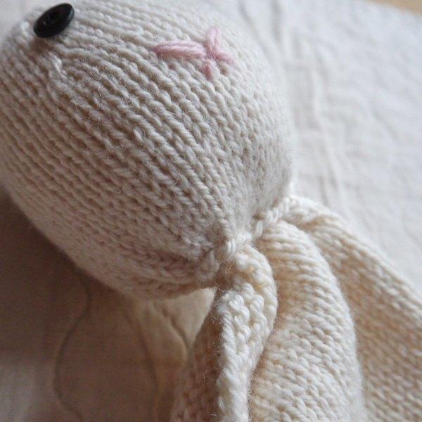 Costure a cabeça do coelho no pano