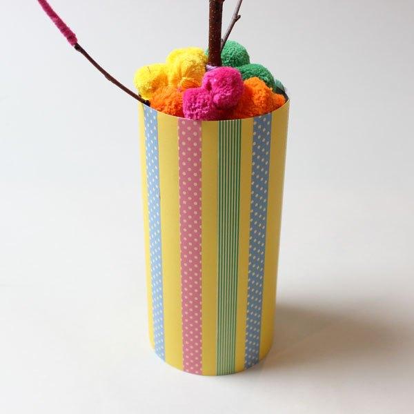 Preencha o restante do vaso com pompons de lã