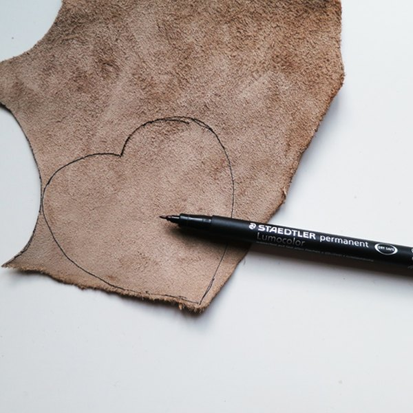Desenhe os corações no couro e recorte
