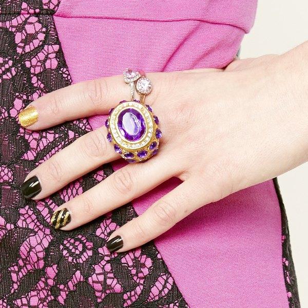 Os anéis de festa devem ser usados com as unhas bem feitas