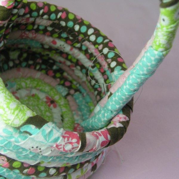 Costure as pontas do cordão no lugar para fazer a alça
