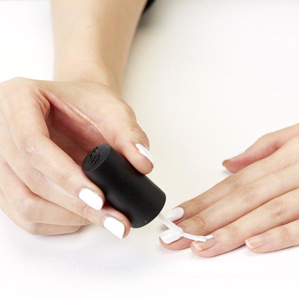 Comece pintando as unhas de branco