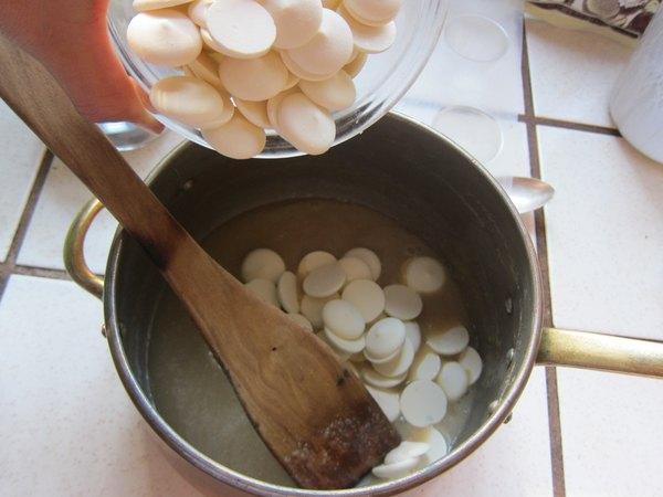Misture as gotas de chocolate branco