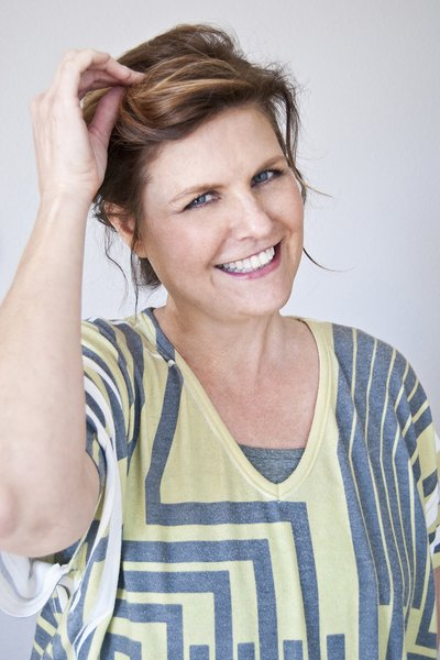 Aprenda a fazer três penteados elegantes em casa