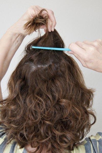 Comece penteando o cabelo levemente para cima