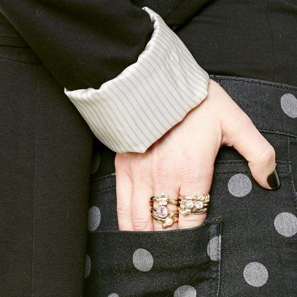 Use anéis parecidos para obter um visual elegante