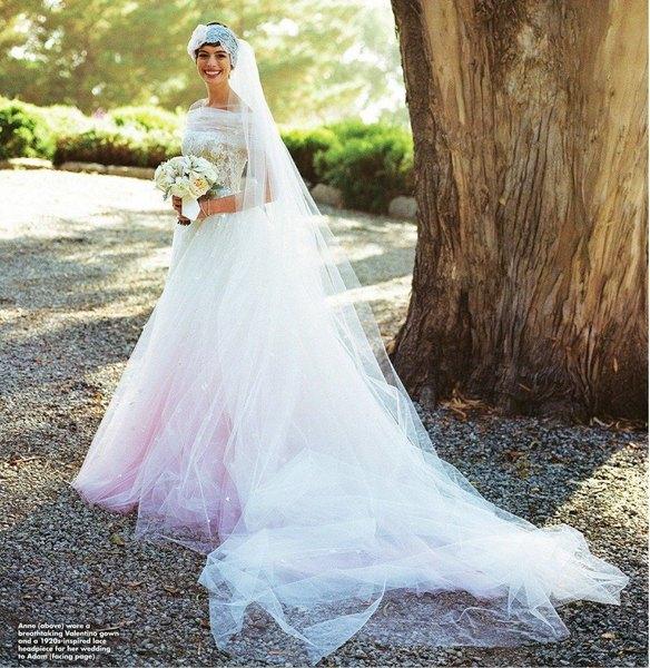 Anne Hathaway también optó por el rosado para su vestido de novia.