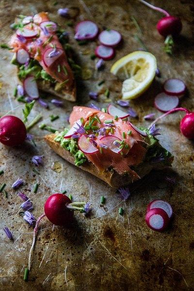 Las tostadas de salmón ahumado son ricas y te dejarán satisfecho.