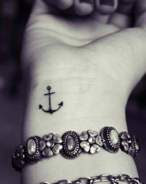 Este pequeño tatuaje luce muy sensual en una mujer.