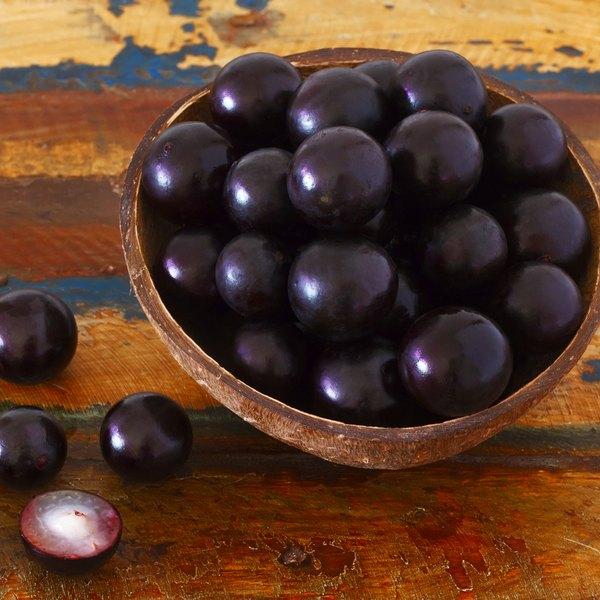 A casca da jabuticaba não é normalmente ingerida, mas é possível fazer chás e doces a partir dela
