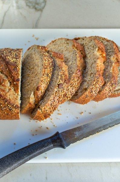 El pan integral de semillas es una base excelente para cualquier desayuno.