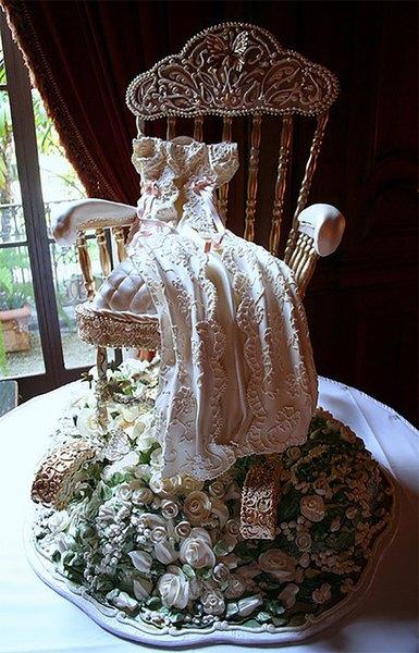 El vestido de primera comunión está creado con chocolate blanco y el almohadón es una torta glaseada.