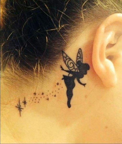 Este maravilloso tatuaje de Campanilla es fresco y juvenil.
