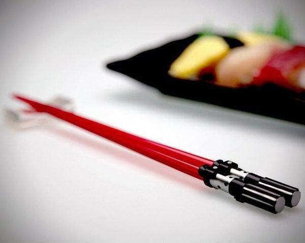 Palillos para comer con forma de sables laser de Star Wars