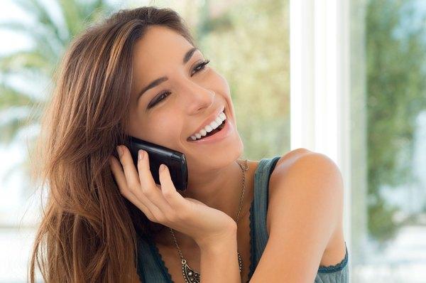 Apoyar tu celular contra el rostro es un hábito que daña la piel.