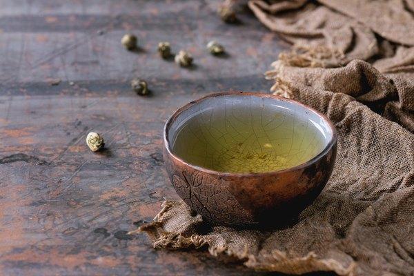 O chá verde contém catequinas que são responsáveis por muitos de seus efeitos conhecidos