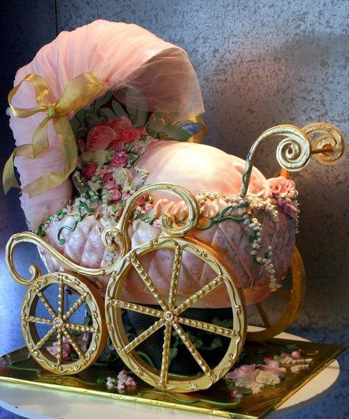 Este cochecito hermoso se utilizó como el centro de la decoración del baby shower.